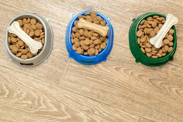 犬または猫用の乾燥食品。