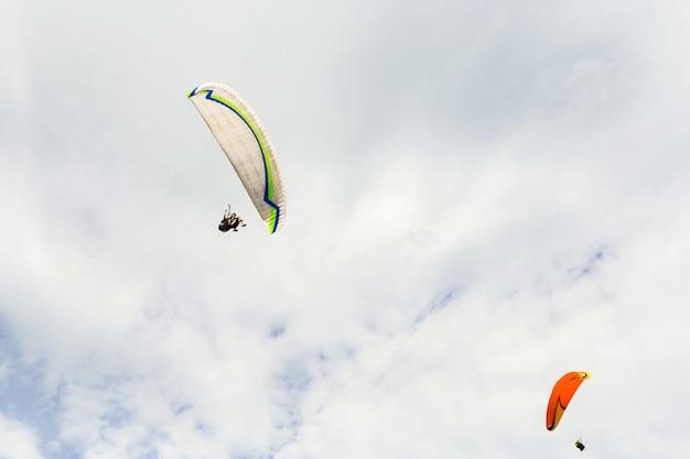 空を飛ぶパラプレーン