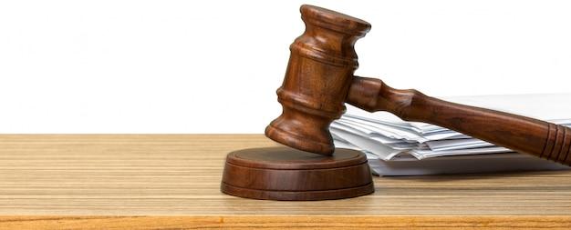 白い紙とテーブルに裁判官のハンマー