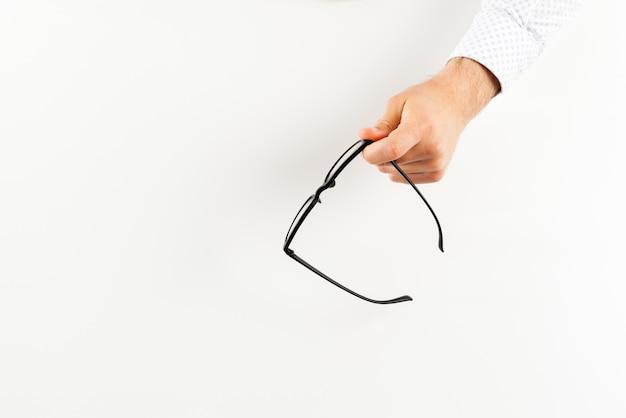 手にメガネ。