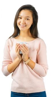 お茶やコーヒーのカップを持つ美しい女性