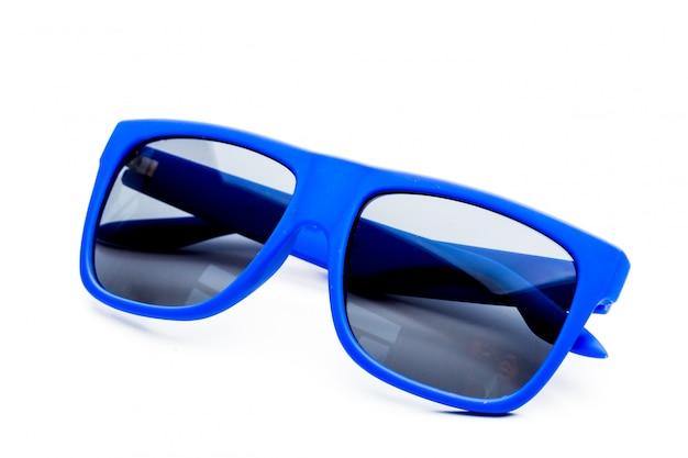 白い背景で隔離青いサングラス