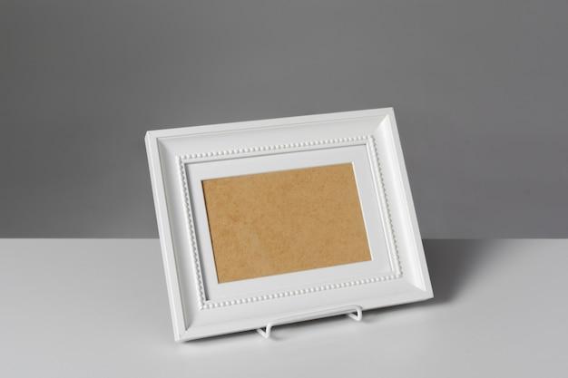 テーブルの上の空白のフォトフレーム