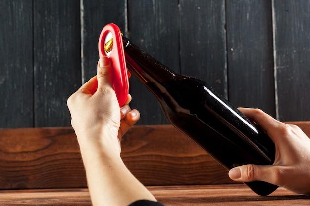 ビールとオープナーのガラス瓶