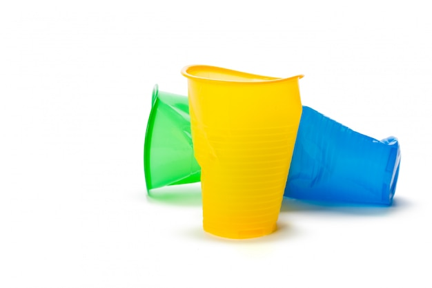 分離されたプラスチックカップ