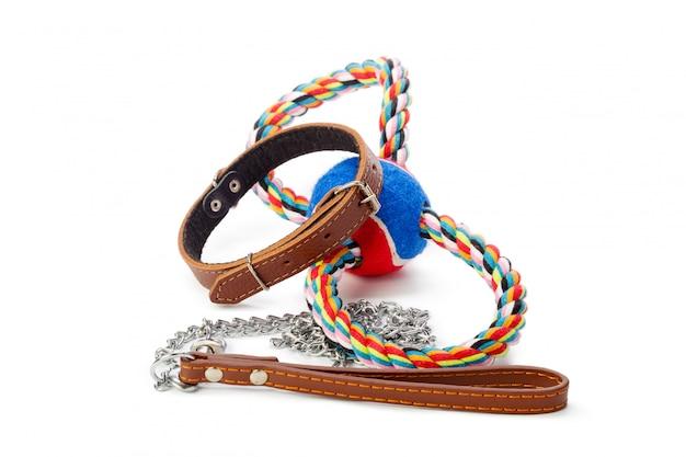 犬の鎖は白で隔離されます。閉じる