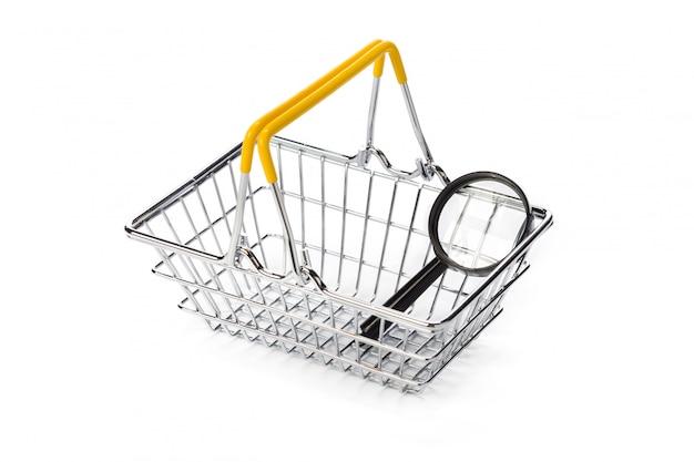 虫眼鏡と白で隔離されるショッピングカート