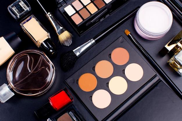 暗い背景、クローズアップの化粧品