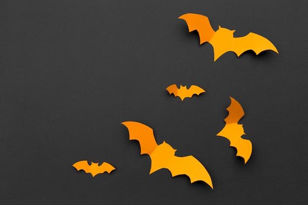 ハロウィーンと装飾のコンセプト-紙コウモリの飛行