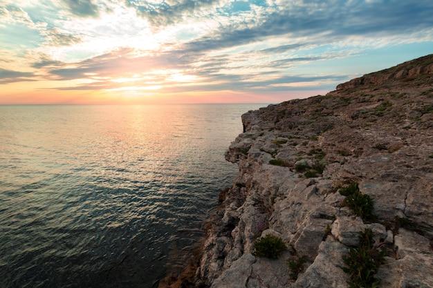 Блестящие каникулы назначения пляж восход и море фоне скал