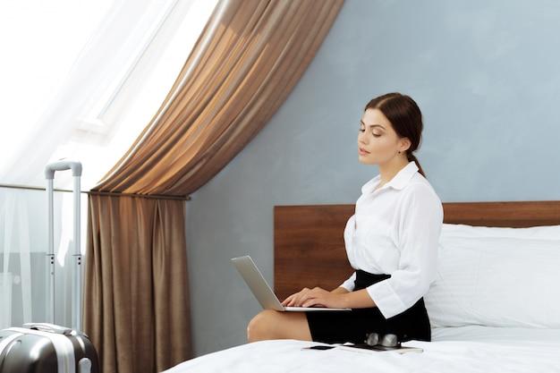 ホテルの部屋で働く女性