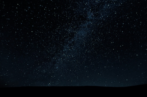 Потрясающее красивое ночное небо с фоном звезд