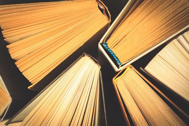 上から見た古くて使われているハードカバー本や教科書。