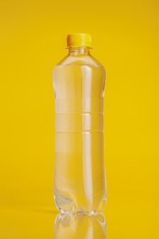 明るい黄色の背景にミネラルウォーターのペットボトル