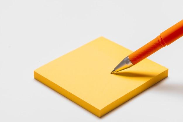 ペンで空白のメモパッドメモをクローズアップ