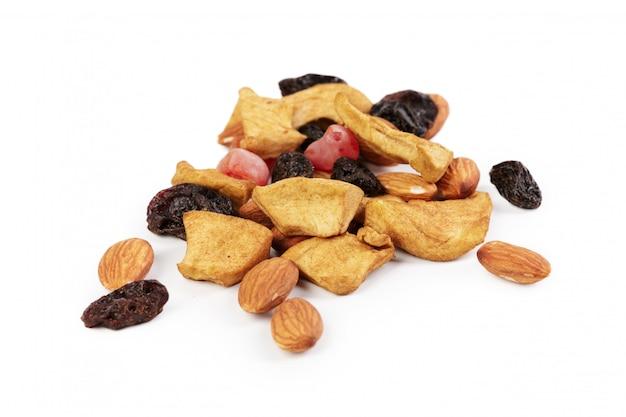 砂糖漬けのフルーツとナッツの白で隔離の混合物