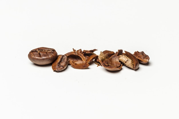 コーヒー豆。白い背景に分離
