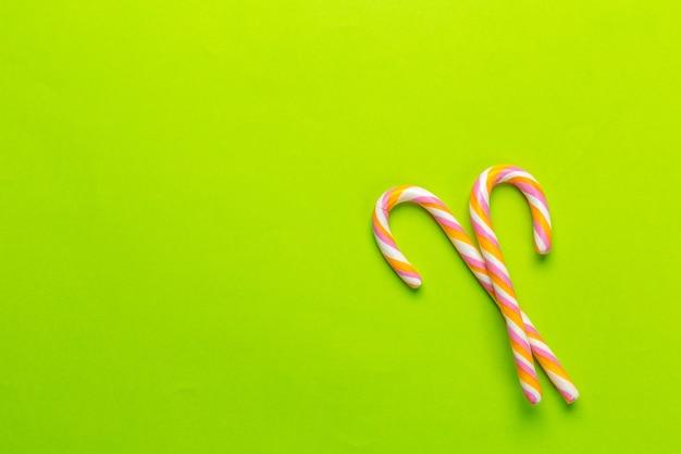 緑の背景にカラフルなキャンディー