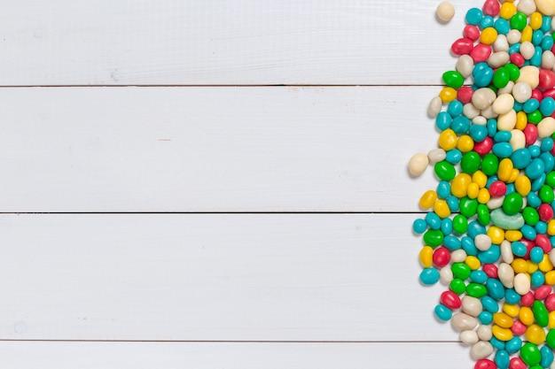 Красочные конфеты на деревянном фоне