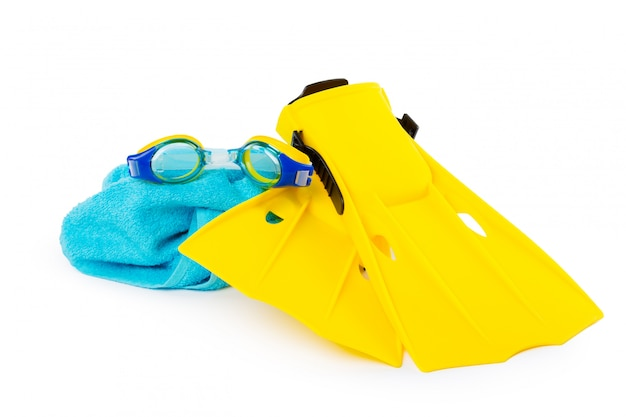 ダイビング用品ゴーグル、シュノーケル、白い背景の上の足ひれ。
