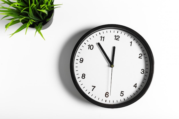 シンプルでクラシックな黒と白の丸い壁時計