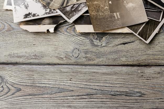 レトロな木製のテーブルにいくつかの古い写真