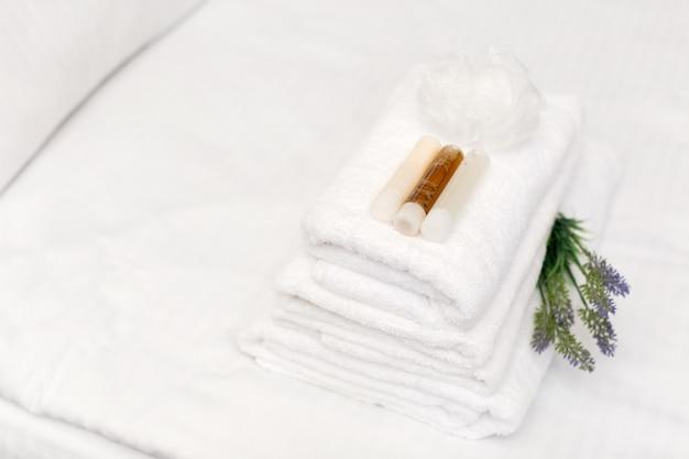 Чистые полотенца на кровати в гостиничном номере