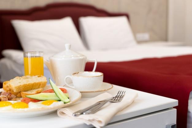 ホテルの部屋でベッドでの朝食