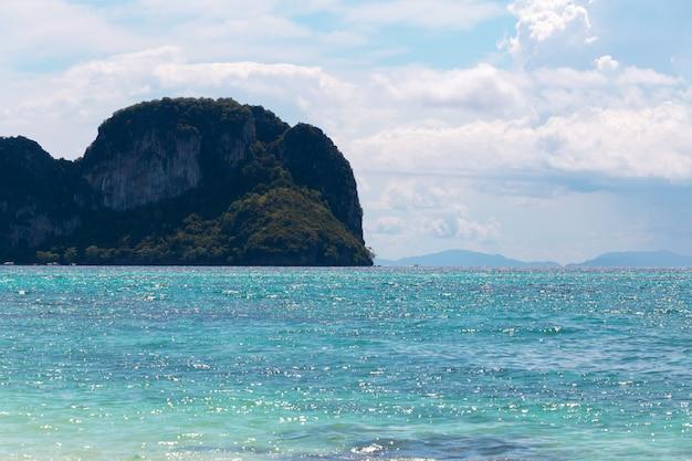 岩、海と青い空