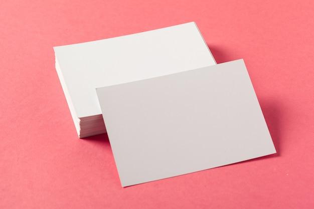 色付きのピンクの表面に空白の紙片