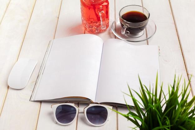 雑誌や木製のテーブルのカタログ。