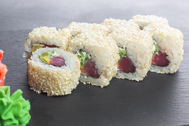日本のレストラン、黒いスレートプレートの寿司ロール。