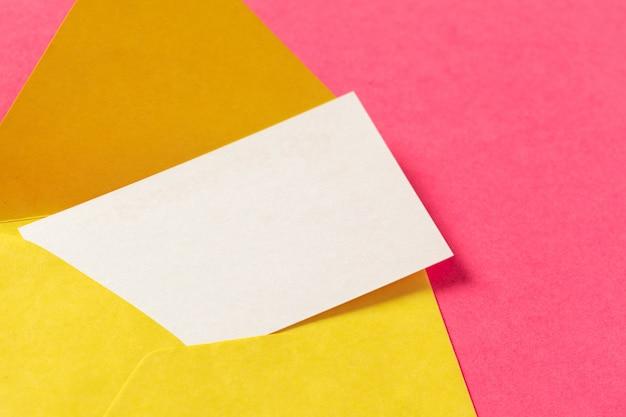 色付きのピンクの表面に紙の封筒