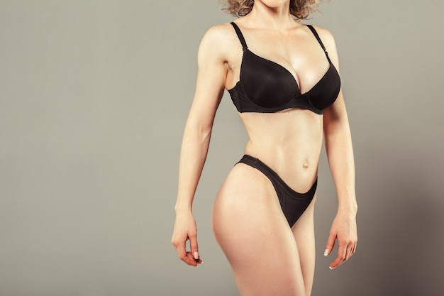 美しいスリムな女性の体