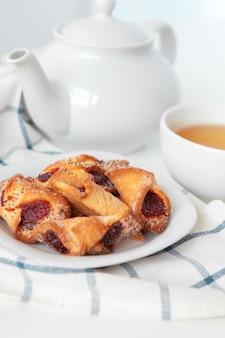 Чашка чая с печеньем на сиреневом деревянном фоне