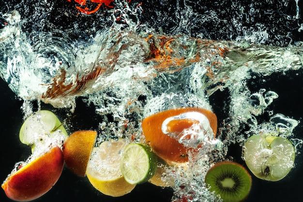 多くの果物が水の中に飛び散る