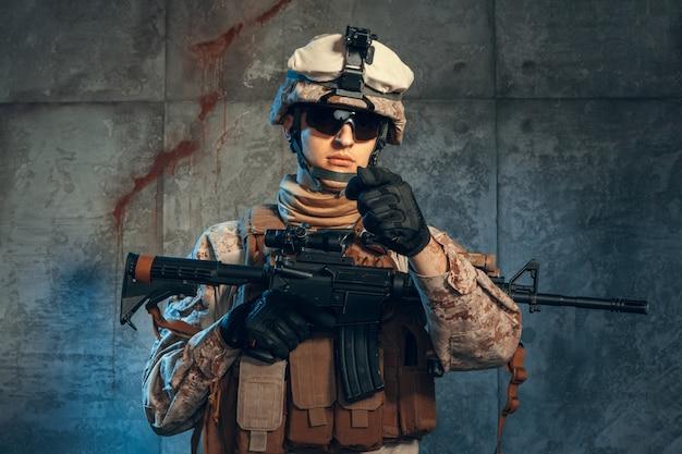 特殊部隊アメリカの兵士またはライフルを保持している民間軍事請負業者。暗い背景上の画像