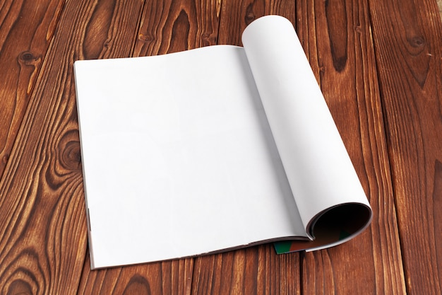 木製のデザインコピースペースの空白のジャーナルページを開く