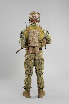 白のライフルを持つ特殊部隊の兵士。