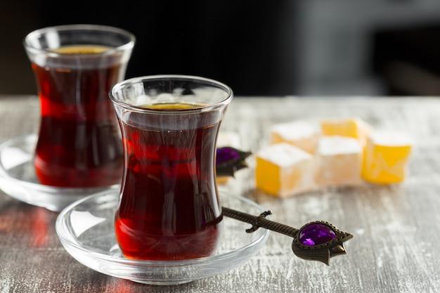 木製のテーブルにトルコグラスで赤茶