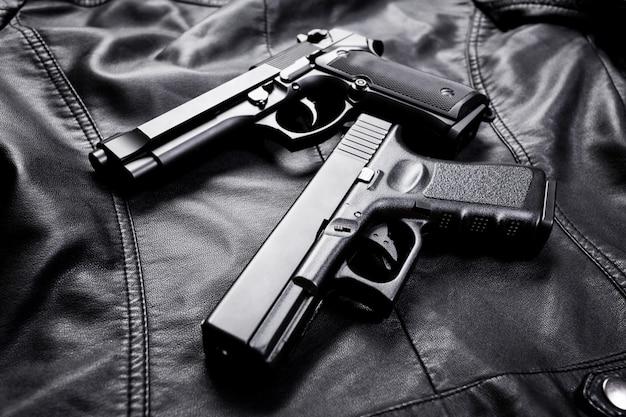 Винтовка, пистолет, нож с ножнами, компас и блокнот с ручкой на черной ткани