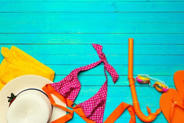 木製の色の水着で構成