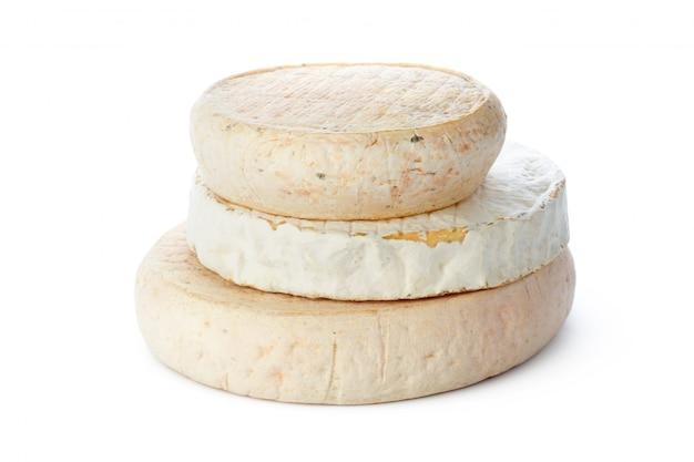 白で隔離されるチーズ