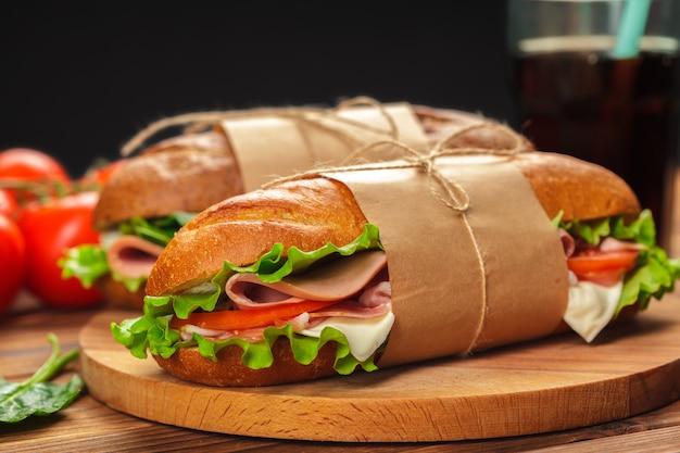 Бутерброд на деревянном столе