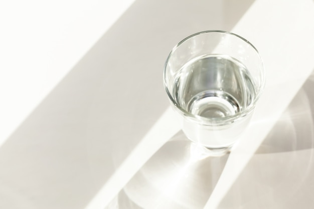Стакан воды на столе