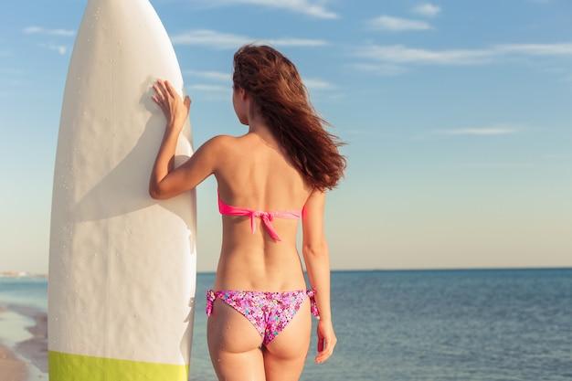 Серфер девушка на пляже