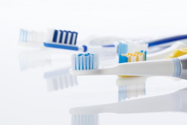 白で隔離される歯ブラシ