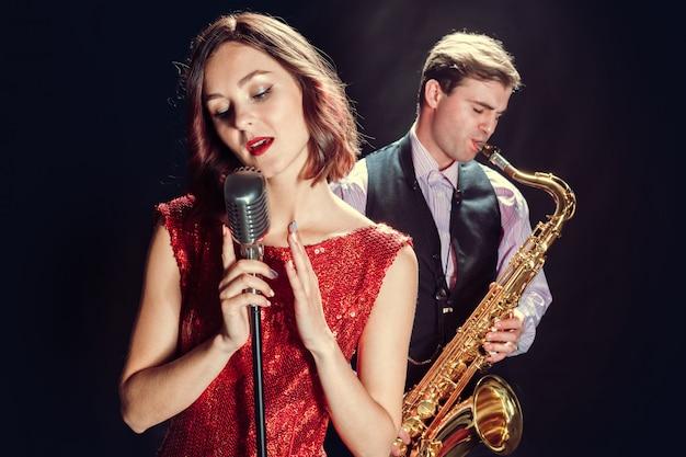 女性歌手およびサックス奏者