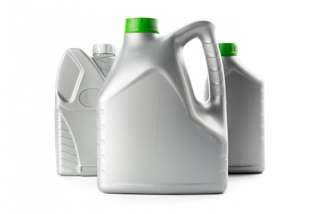 Пластиковые бутылки от автомобильных масел, изолированные на белом