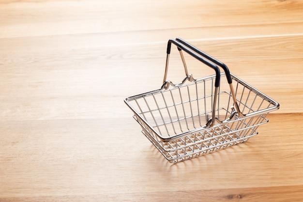 空のスーパーマーケットのショッピングカート